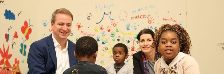 Dass soziales Engagement nicht nur bei Kindern lachen hervorruft, ist bei der Spielerunde gut sichtbar geworden. (Bild: FSW)
