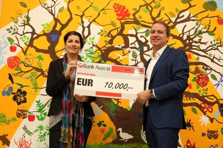 Spendenübergabe von Robert Hitschmann als Repräsentant der Firma ÖSTU-STETTIN an Doris Czamay, Geschäftsführerin von Obdach Wien. (Bild: FSW)