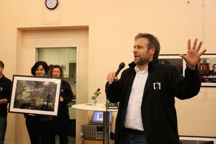 Fotokunst für die gute Sache: Fotos von Nina Strasser, die ein Jahr lang einen Menschen ohne Obdach mit der Kamera begleitet hat, wurden für die Einrichtung versteigert. (Bild: FSW )