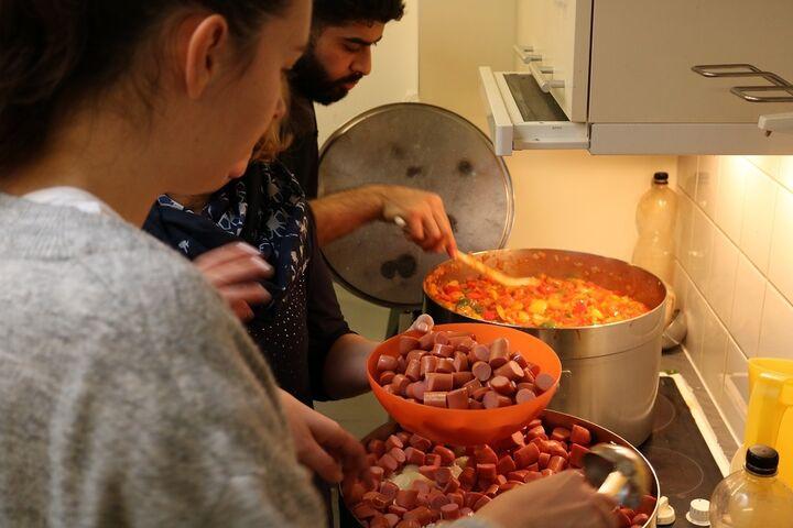 MitarbeiterInnen von Otto Stöckl Elektroinstallationen kamen in die Wärmestube, um gemeinsam für Menschen ohne Obdach zu kochen. (Bild: FSW)
