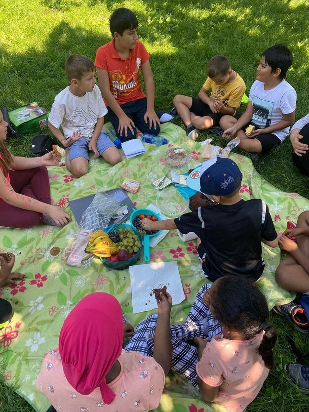 Obst, Aufstriche und die Schokomünzen als Dessert: Das Picknick nach der Rätselrally war ein gelungener Abschluss. (Bild: FSW)