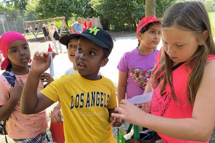 Ein Junge markiert mit einem roten Filzstift, wo der Schatz als nächstes zu suchen ist. (Bild: FSW)