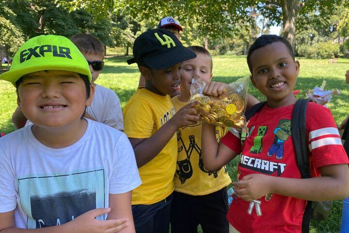 Alle Kinder freuen sich über den Schatz - einen Sack voller Schokogoldmünzen. (Bild: FSW)