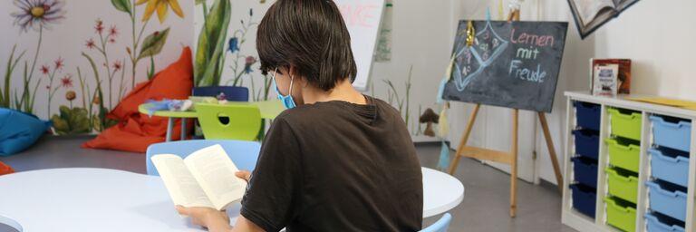 Der 14-jährige M. liest gerne Science-Fiction- Bücher, am liebsten in der Lernstube des Obdach Favorita. (Bild: FSW)