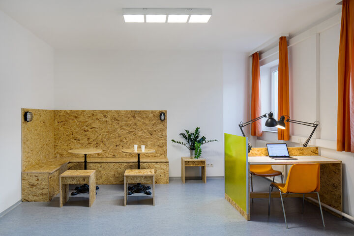 Das Wiener Wohnzimmer bietet eine Café- und eine Arbeitsecke. (Bild: Hilzensauer)