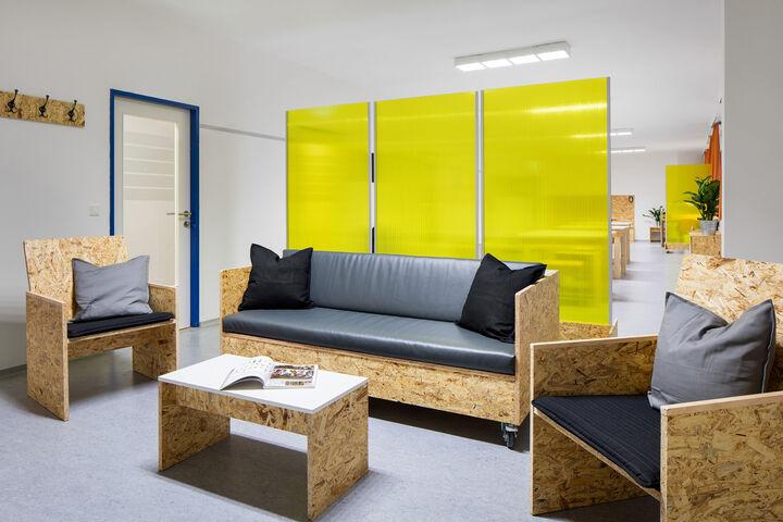 Gemütlich und bunt ist das neue Wiener Wohnzimmer. (Bild: Hilzensauer)
