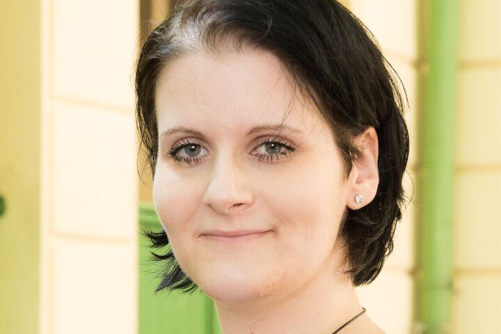 """""""Ich freue mich über die schicke Kurzhaarfrisur und das dezente Augen Make-up."""" (Bild: ABLICHTEREI e.U. - Claudia Spieß)"""