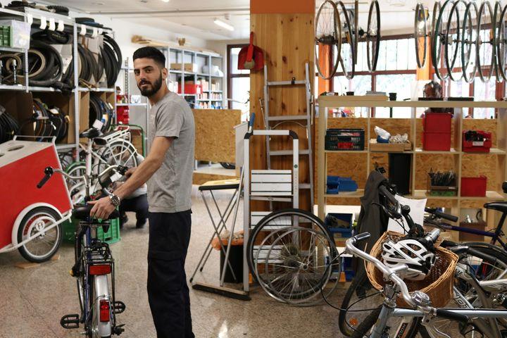 Trainee Omid in der Werkstatt. (Bild: FSW)