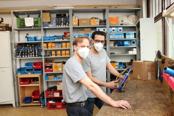 Fahrradmechaniker Andreas und Mahdi bei der Arbeit. (Bild: FSW)