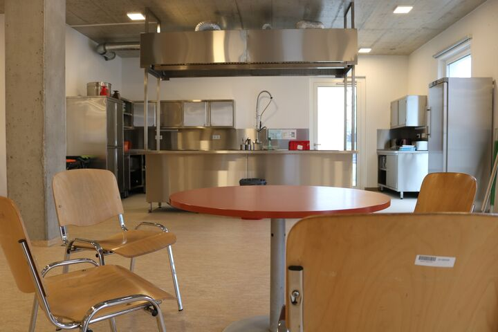 Obdach Ester Aufenthaltsraum und Küche (Bild: FSW)