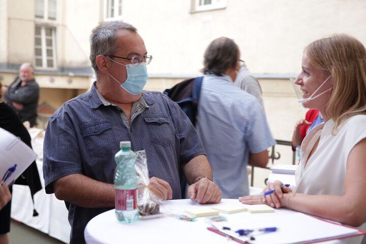 Sabina Plot vom WienZimmer-Team im Gespräch mit einem Bewohner bei der Eröffnung. (Bild: FSW)