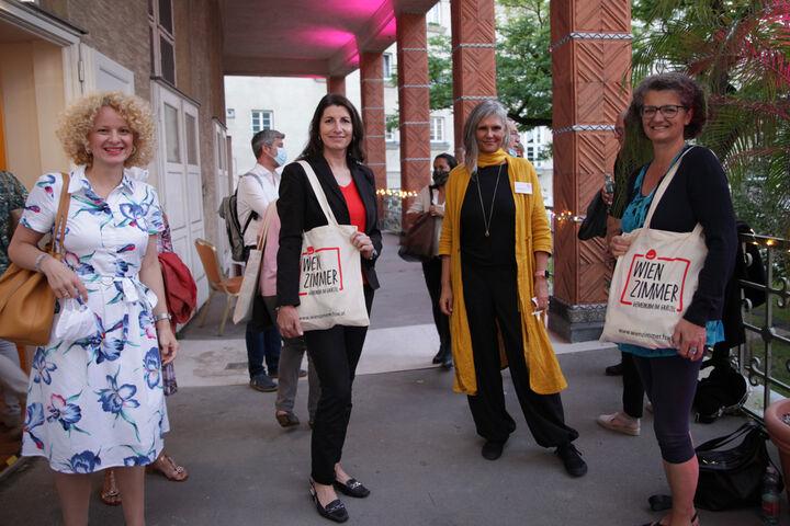 Die Geschäftsführerinnen von Obdach Wien mit den WienZimmer-Tragetaschen bei der Eröffnung. (Bild: FSW)