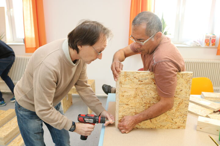 Forum Obdach Wien beim Zusammenbauen des Wiener Wohnzimmers (Bild: FSW)