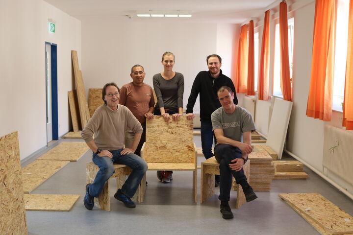 Forum Obdach Wien mit den ersten fertigen Möbelstücken des Wiener Wohnzimmers (Bild: FSW)