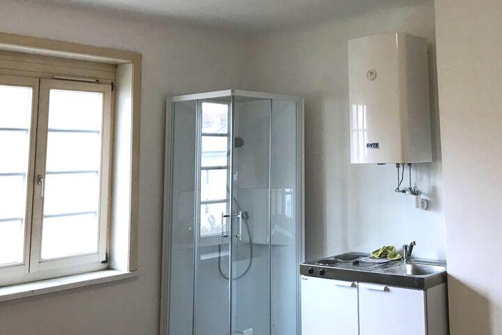 Dusch- und Kochmöglichkeit in einer Kleinstwohnung (Bild: FSW)